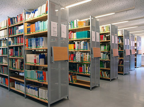 [Translate to English:] Regalreihen in der Bibliothek